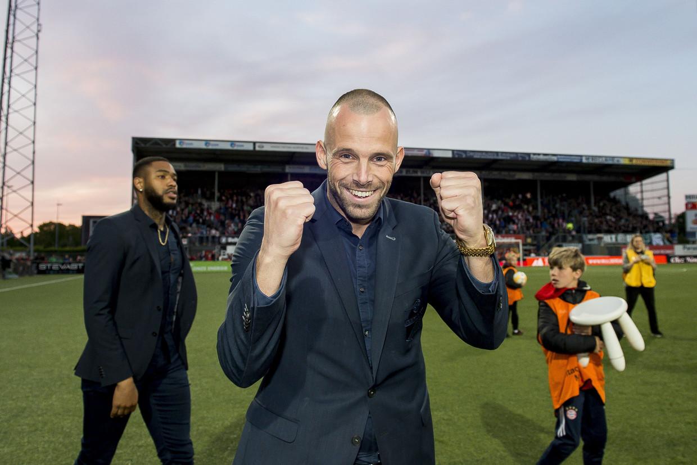 Emmen-speler Anco Jansen (die vanwege een blessure niet meespeelde) viert de overwinning op FC Groningen in de laatste wedstrijd van afgelopen seizoen.  Beeld ANP/VI Images