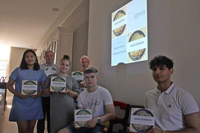 Vier laatstejaarsleerlingen van Athena campus Drie Hofsteden presenteerden hun kookboek 'Wereldsmaken' als eindwerk.