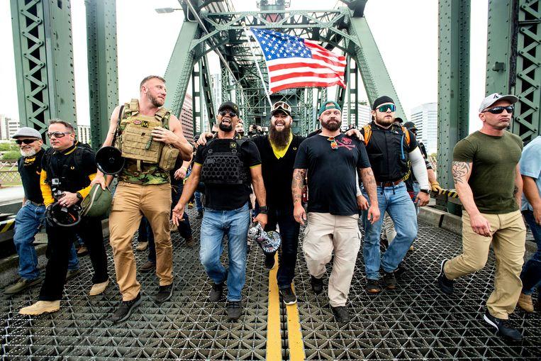 De Proud Boys zijn een soort van extreemrechtse knokploeg. Ze zijn boos omdat Trump enkele groepsleden geen gratie heeft verleend. Beeld AP