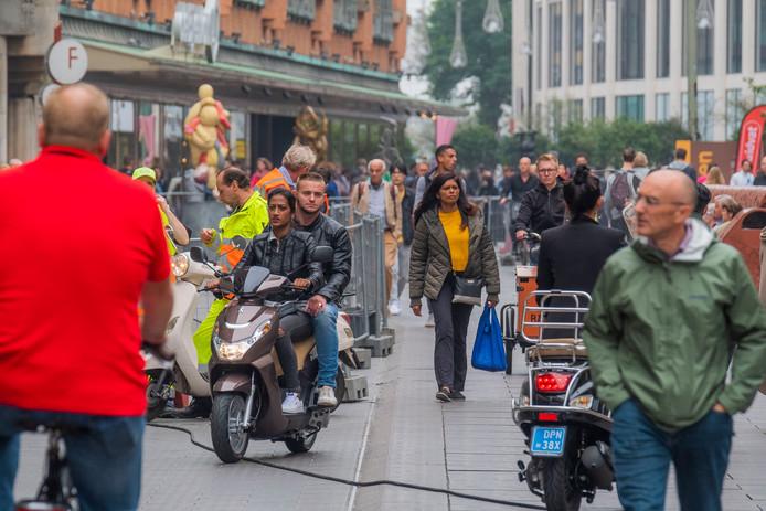 Snorfietsers zijn vanaf 1 oktober verboden in de Grote Markstraat in het centrum van Den Haag