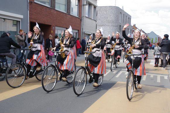 De Bicycle Showband Crescendo uit Nederland, de leden spelen muziek terwijl ze op de fiets rijden.
