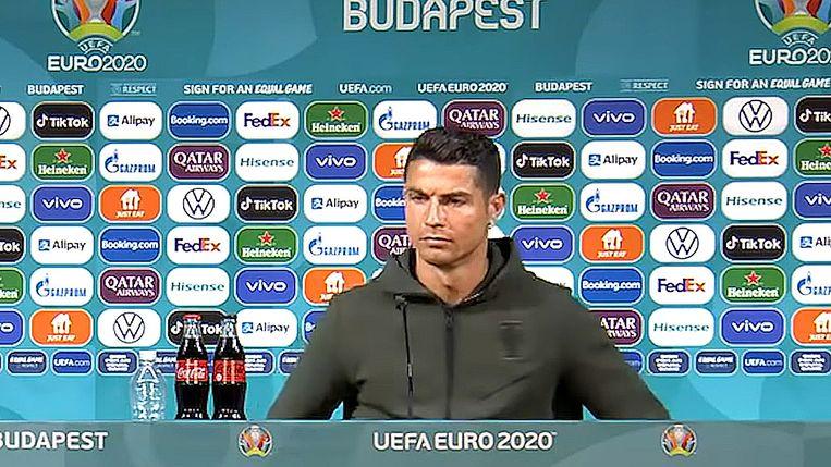 Ronaldo verdient jaarlijks zo'n 41 miljoen euro aan sponsordeals, maar het drinken van Coca-Cola hoort daar niet bij.  Beeld