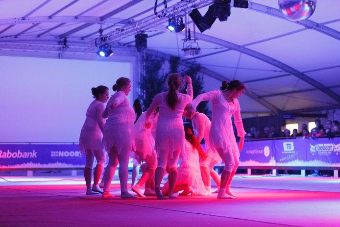 Cursisten van het KunstPodium treden in 2013 op ter gelegenheid van de opening van DongenIce.