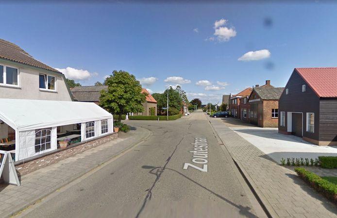 Ter hoogte van de kruising Zoutestraat-Zandbergsestraat (linksaf op de foto) in Zandberg komt een verkeersplateau als snelheidsremmer.