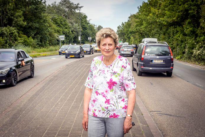 Kitty van der Meer op de Marathonweg. Zij en andere omwonenden hadden graag nóg meer maatregelen gezien die de weg verbeteren.