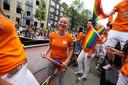 Kim de Wild vermaakt zich opperbest op de sportboot tijdens de Canal Pride in Amsterdam