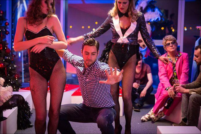 Rechts zie je de opvallende charmezanger Bruce, gespeeld door een haast onherkenbare Gène Bervoets met blonde pruik.