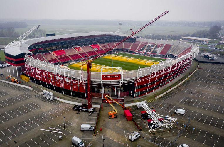 Voorbereidingen voor het plaatsen van de lichtmasten in het AZ-stadion begin december. Beeld ANP