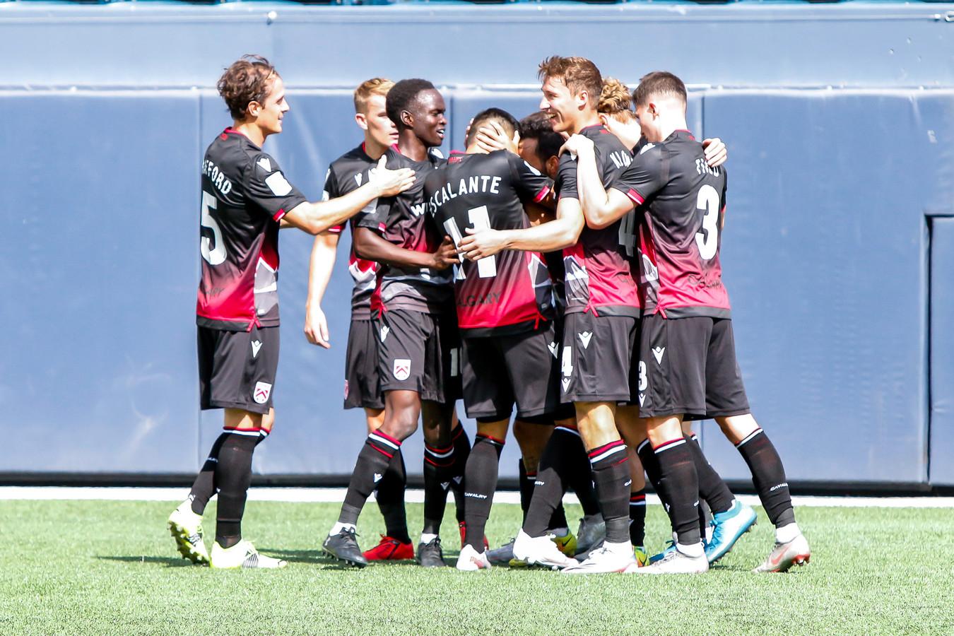 Daan Klomp (derde van rechts) viert de 1-0 van Cavalry FC in het openingsduel met York United FC.
