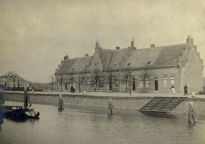 Oude sluiswachtershuizen.