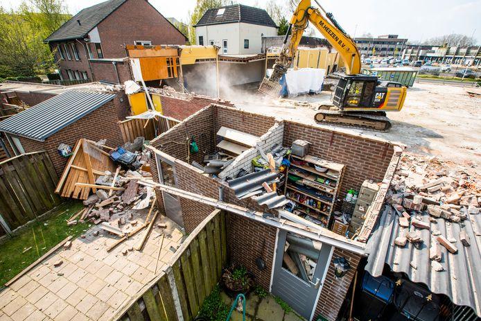 Helmond Tijdens sloopwerkamheden is een muur omgevallen en op verschillende schuren terecht gekomen. Ook liggen de tuinen vol met puin