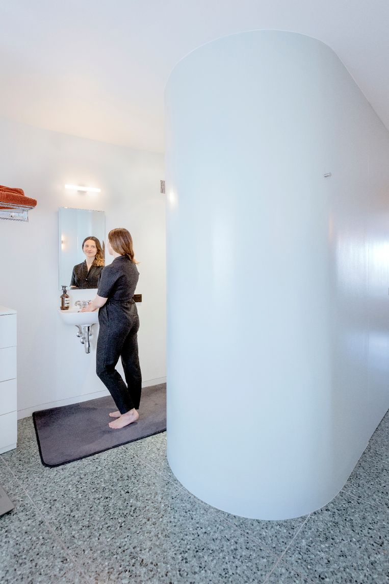 Veerle: 'De rondingen zijn zo ontworpen dat je als je staat te douchen vanuit geen enkele hoek te zien bent.' Beeld Marleen Sleeuwits