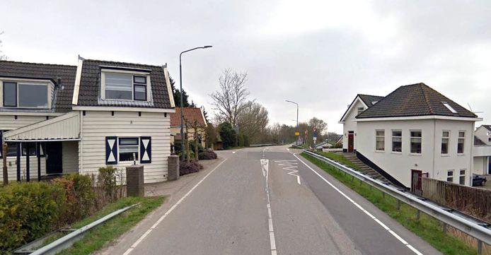 De Tweede Tol. Met veel fantasie kan het huis rechts een restant van het tolhuis genoemd worden.