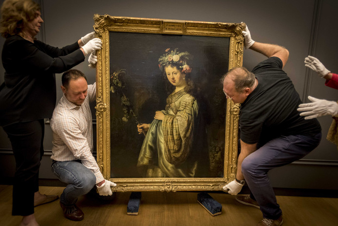 Flora van Rembrandt wordt uitgepakt in de Hermitage. Het schilderij zal te zien zijn tijdens de tentoonstelling Hollandse Meesters in het museum.