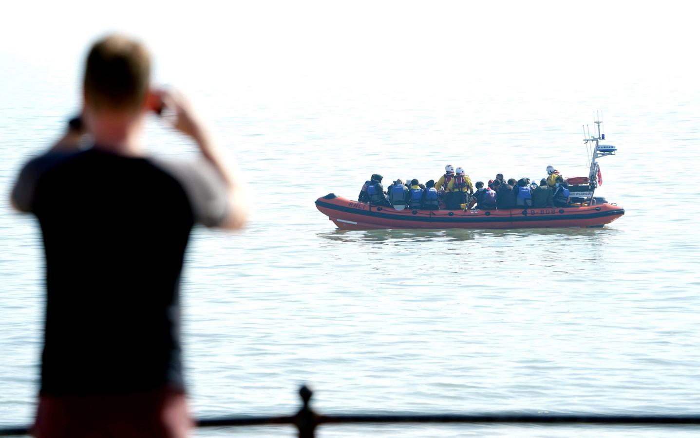 Honderden mensen staken vorige week Het Kanaal over, dat wil Het Verenigd Koninkrijk voortaan anders zien. De kustwacht wordt getraind om boten straks terug naar Franse wateren te sturen.