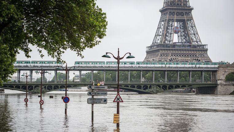 De Eiffeltoren krijgt natte poten. Beeld anp