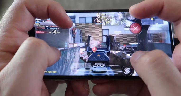 Bij Call of Duty: Mobile is het optioneel om met vier vingers tegelijk te spelen. Hierdoor kun je tegelijk commando's geven voor bewegen, rondkijken, richten en schieten. Dit vergt alleen wat oefening en een tamelijk ongemakkelijke houding; niet voor niets heet het de 'viervingerklauw' (four finger claw).   Beeld YouTube