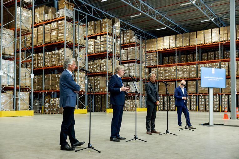 Toenmalig minister voor Medische Zorg Martin van Rijn (tweede van links) tijdens een presentatie in juni vorig jaar in een distributiecentrum van het Landelijk Consortium Hulpmiddelen (LCH).  Beeld ANP