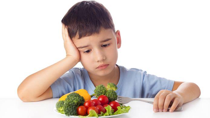 Ouders kunnen kinderen beter leren om naar hun hongergevoel te luisteren dan dwingen om een bord leeg te eten.