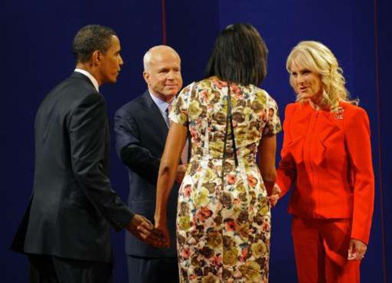 Michelle Obama begroet Cindy McCain. Beeld