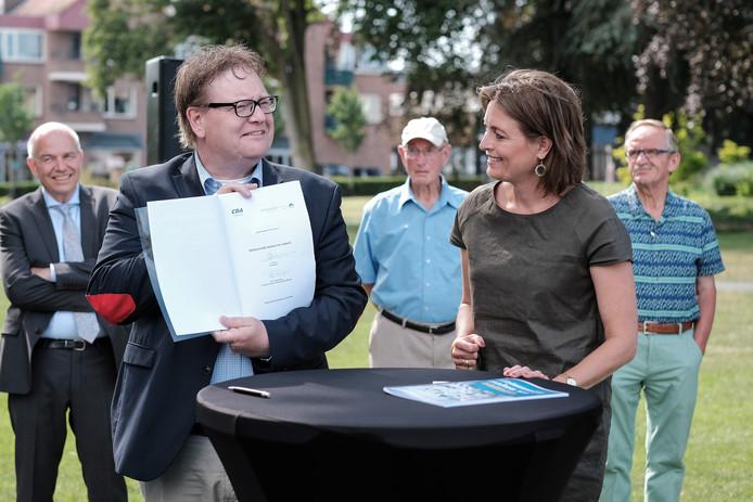 Trots presenteren Henk Jan Tannemaat (WB) en Ilse Saris (CDA) het nieuwe collegeprogramma in juni. Inmiddels is het wederzijds vertrouwen weg. Een gezamenlijke wandeling twee weken geleden loste niets op.