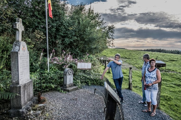 Jean-Claude, José en Christiane Léonard aan het monument voor hun vier in 1945 vermoorde ooms in Gouvy. Beeld Jonas Lampens