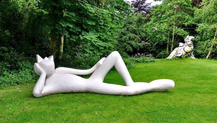 Lazy King (2006) van Alain Séchas. Beeld null