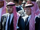 Archieffoto van prins Hamzah (l) en koning Abdullah (r), hier bij de uitvaart van Yasser Arafat in 2004.