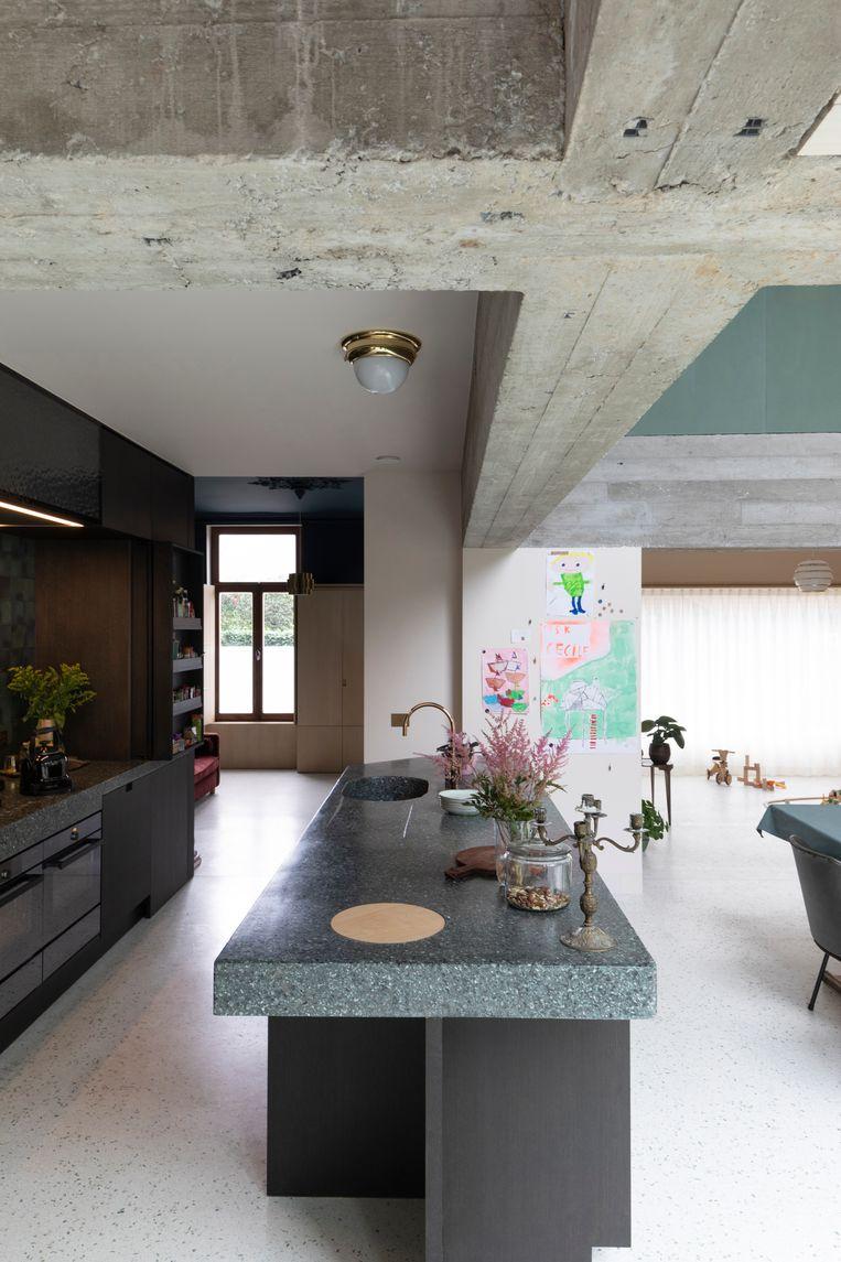Het betonnen kruis is een ingreep van ae-architecten en draagt zowel de oude scheidingsmuur als beide achtergevels.  Beeld Faye pynaert