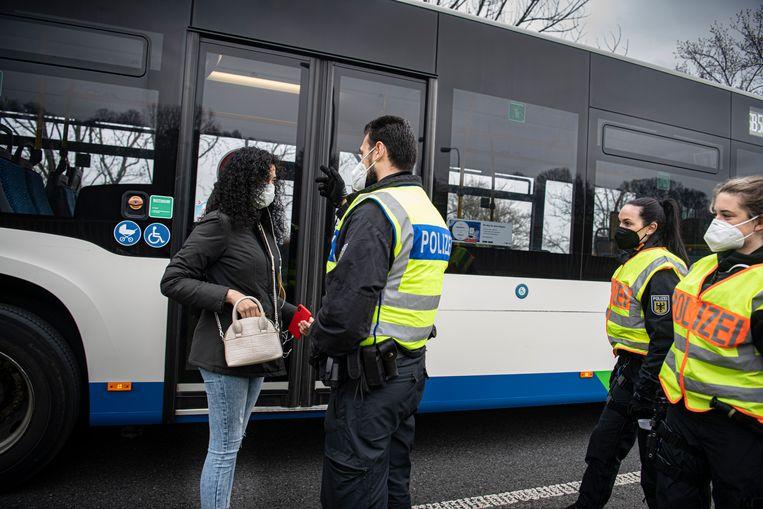 Een meisje wordt gecontroleerd in de bus. Ze heeft geen geldige negatieve coronatest bij zich en moet dus terug naar Nederland.  Beeld Koen Verheijden