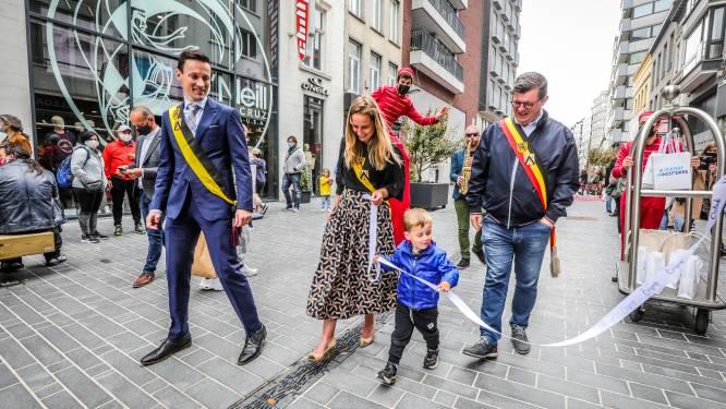 """Vernieuwde Adolf Buylstraat feestelijk ingehuldigd: """"En nu geven we deze handelaars een extra duwtje in de rug"""""""
