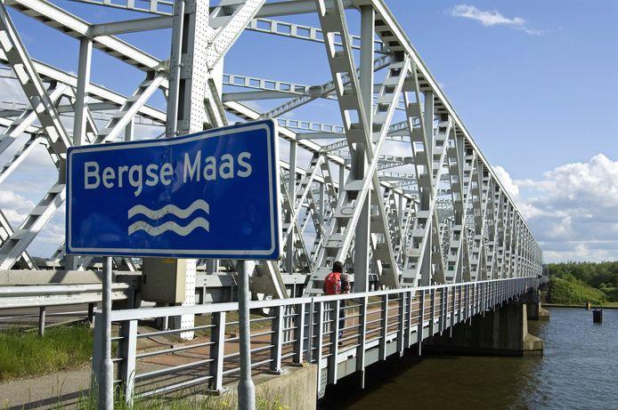 De brug over de Bergse Maas bij Raamsdonksveer, met het fietspad aan de oostzijde.