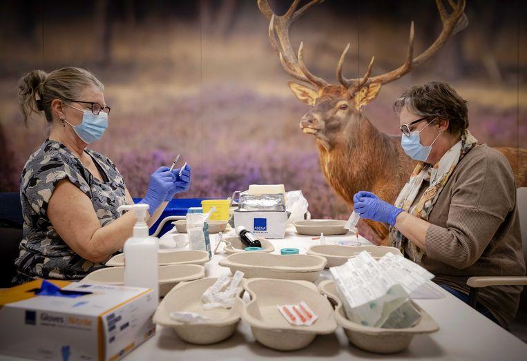 Medewerkers in woonzorgcentrum Westerhonk in Monster preparen coronavaccins. Beeld ANP