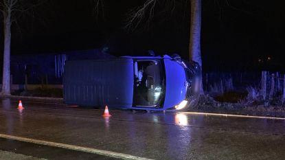Lichte vrachtauto belandt op zijkant in Oedelemsestraat