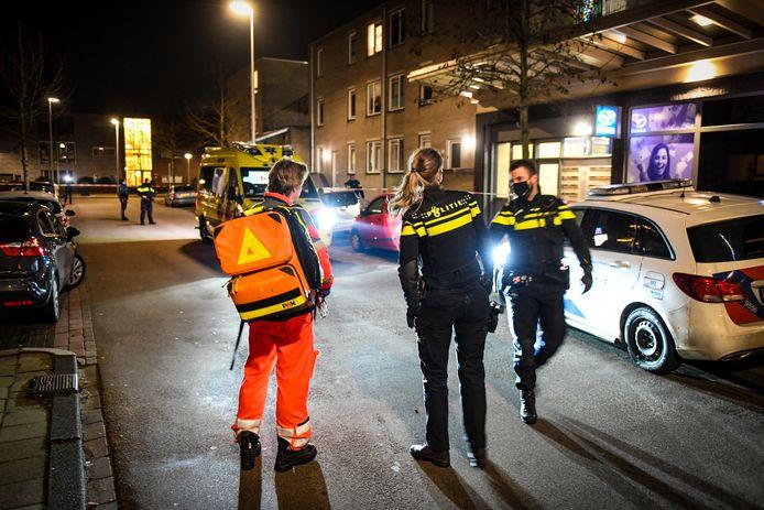 Agenten hebben de Keizershof in Alphen afgezet na de steekpartij op 30 januari dit jaar.