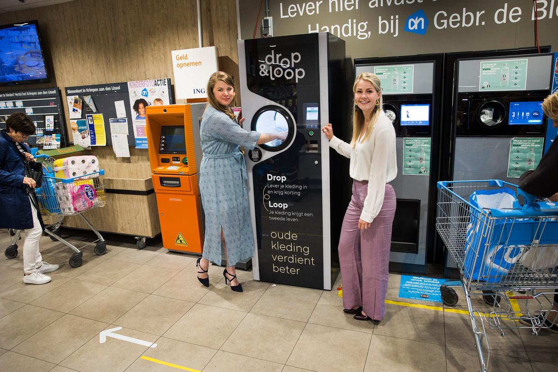 Susan de Vries (l) en Carlijn Oosthoek van Drop & Loop bij hun inleverpunt in een Albert Heijn-filiaal in Krimpen aan den IJssel.