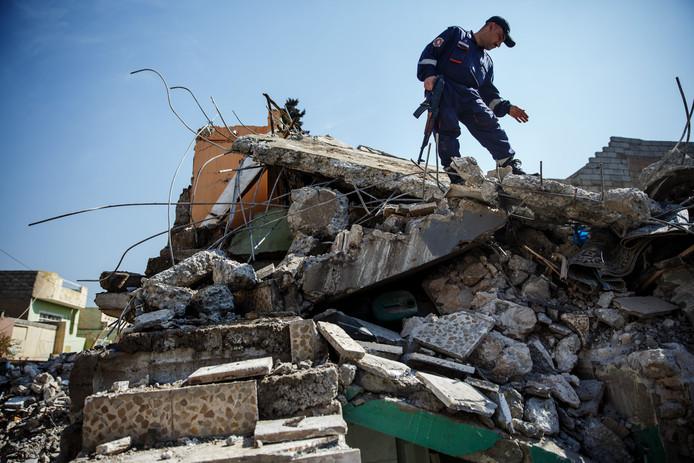 Een Irakese soldaat aan het werk in Mosul.