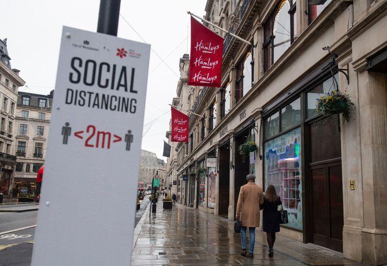Een bord met daarop de huidige afstandsregel in Regent Street in London. Beeld AP