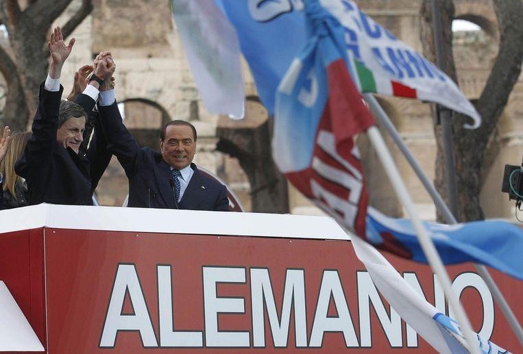 Gianni Alemanno (links), burgemeester van Rome, naast voormalig premier Berlusconi, die hem steunde in zijn campagne voor herverkiezing. Beeld epa