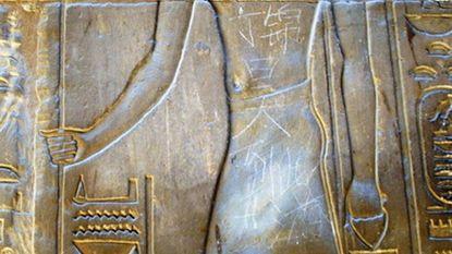 14-jarige Chinees krabbelt naam in tempel van Luxor