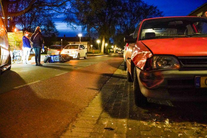 Op de Roostenlaan in Eindhoven botste een scooter woensdagavond op een geparkeerde auto.