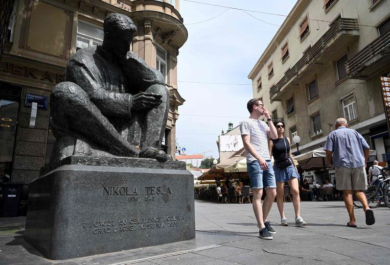 Een bronzen standbeeld van de wereldberoemde uitvinder-ingenieur Nikola Tesla in Zagreb, Kroatië.  Beeld AFP