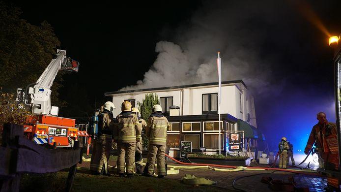 Bij de brand in het Bosrestaurant in Joppe komt veel rook vrij.