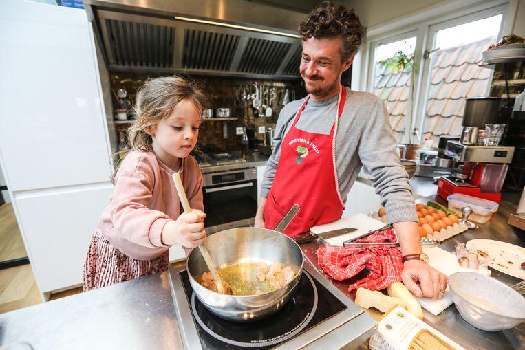 Gilles van der Loo kookt carbonara pasta met dochter Ada. Beeld Eva Plevier