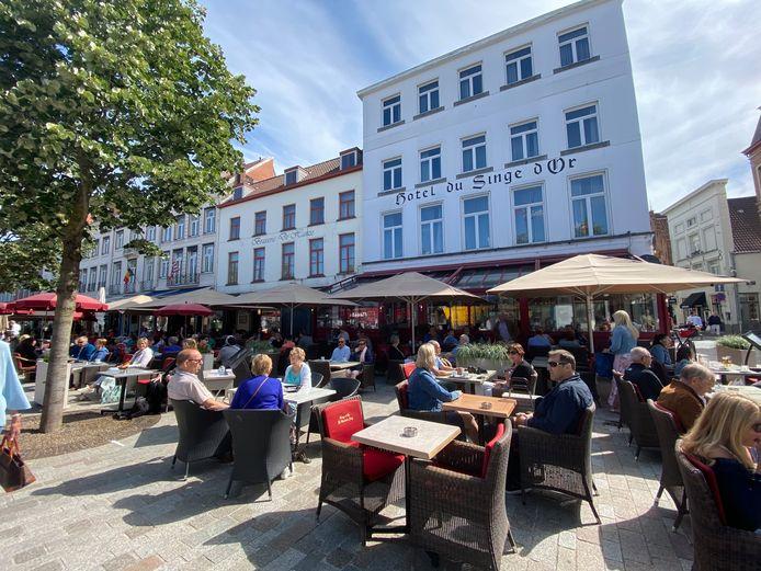 Op 't Zand in Brugge kon je vorige zomer ruimschoots genieten van een terrasje in één van de vele horecazaken.