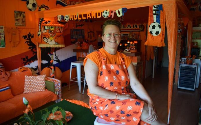 Kitty met een deel van haar oranje collectie