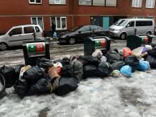 Stapels afvalzakken in Haagse straten door sneeuw en gladheid: 'Woensdag achterstand ingehaald'