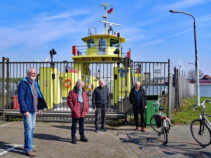 De Stichting Behoud van de Pont (vlnr: Stanny Gijsel, Loek van Hecke, Meerten Dallinga en Co van Schaik) krijgt steun van Provinciale Staten.