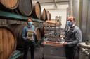 Kenneth Taylor en stoker Hendrik Beck (Stokerij Rubbens) bij de eerste botteling van de V-Day Gin.