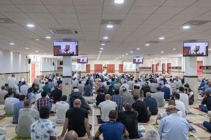 Tijdens het vrijdaggebed zit de moskee wekelijks helemaal vol. Soms zo vol, dat gelovigen buiten op straat moeten bidden.